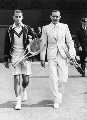 К концу десятилетия шорты перестали быть чем-то необычным, а вдоль выреза свитера допускалась широкая цветная полоса. Банни на Уимблдонском турнире 1939 года.