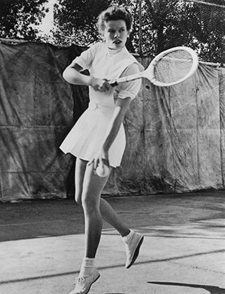 Даже в 1940-е годы такая длина юбки будет казаться провокационной, а в 1935 году, когда была сделана эта фотография, актриса Кэтрин Хепберн буквально эпатировала общество.
