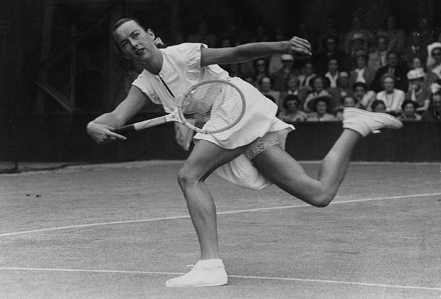 Гертруда Моран — прекрасная Гасси — в тот самый день, когда ее короткая юбка и кружевное белье стали причиной дискуссии в британском парламенте. Уимблдон, 22 июня 1949 года.
