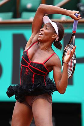 В 2010 году Винус Уильямс буквально взорвала теннисный мир своим платьем на открытом чемпионате Франции. До Винус кружева в теннисе никто не использовал. Американка заявила, что вдохновлялась платьями кабаре «Мулен Руж».