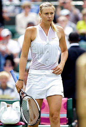 На Уимблдоне в 2008 году Мария Шарапова доказала, что и в рамках строжайшего дресс-кода можно экспериментировать. Ее вдохновленная смокингом форма запомнилась куда больше, чем игра: Маша вылетела уже во втором круге.
