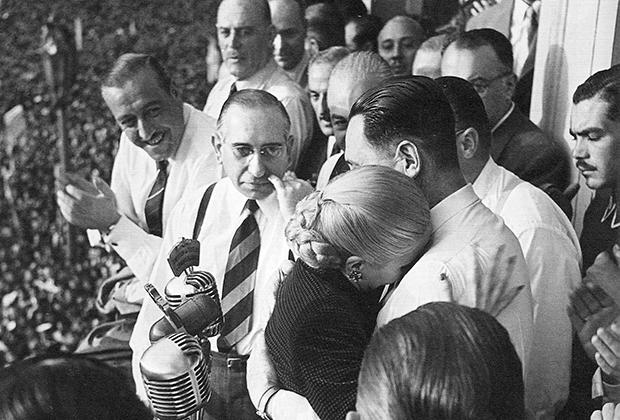 Эва и Перон на балконе президентского дворца во время митинга 17 октября 1951 года