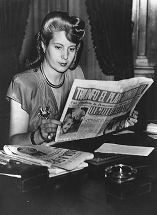 Эва Перон за чтением газет