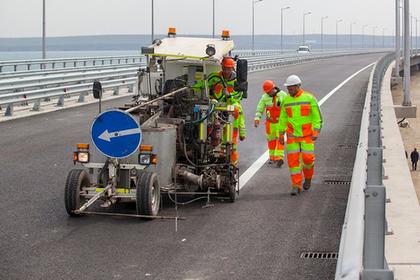На дорожную часть Крымского моста начали наносить разметку