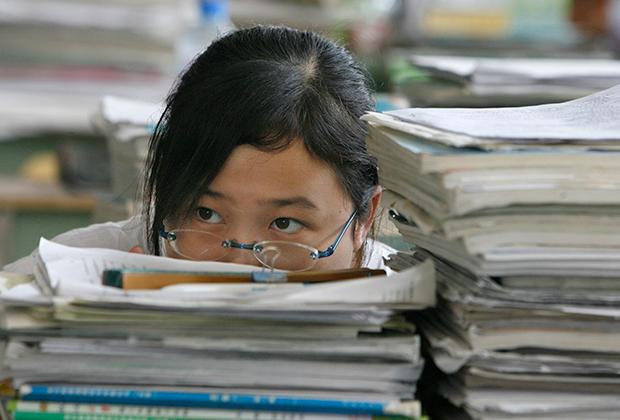 Китайская школьница в библиотеке