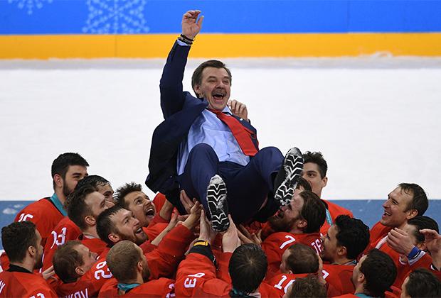 Олег Знарок и игроки сборной России после победы на ОИ-2018