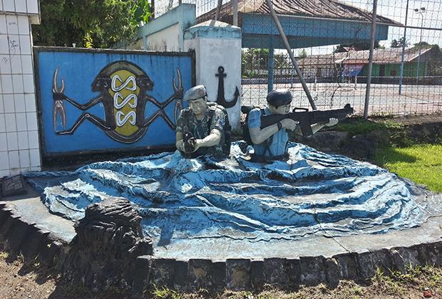 Памятник героям папуасского десанта в Соронге