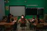 Школьница в традиционном костюме в школе-интернате для этнических ненцев.