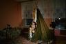 Дети в мини-чуме. Чум— традиционное передвижное жилище ненцев. Несколько чумов есть в школе-интернате, они должны облегчить тоску детей по родному дому.