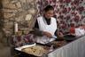 Женщина готовит гордитас — мексиканский пирог из кукурузной муки. Гордитас бывают сладкими и нет, с начинкой и без оной. Наибольшей популярностью пользуются гордитас с сыром и мясом.