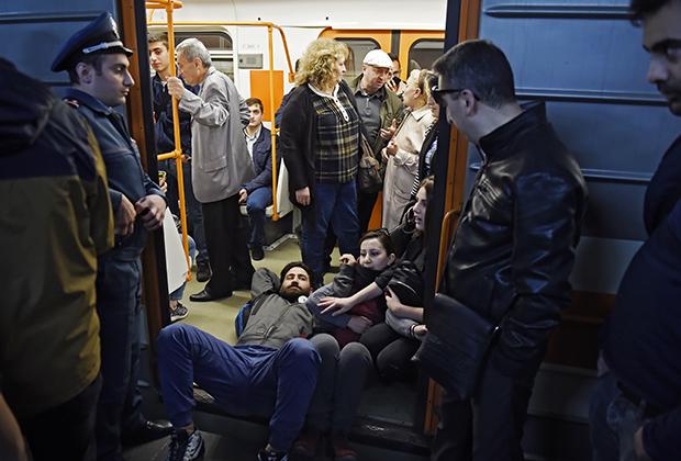 Протестующие в ереванском метро