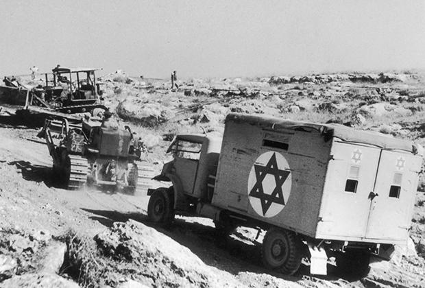 Бульдозер буксирует фургон с пострадавшими израильскими солдатами. 1948 год