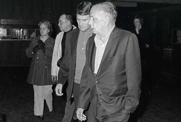 Всю вторую половину 1960-х Говард Хьюз прожил в собственном отеле в Лас-Вегасе и лишь изредка появлялся на публике. В 1970-е он неожиданно для всех покинул город и старался избегать публичности.