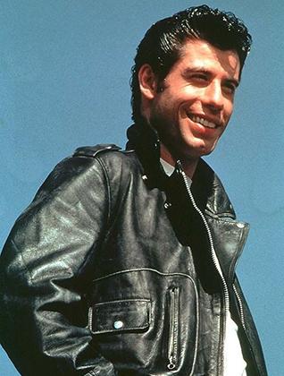 В фильме «Бриолин» Траволта примерил образ Джеймса Дина и Марлона Брандо: кожаная куртка, джинсы, белая футболка. В 1950-е так одевались бунтари, но в 1970-е такой «лук» стал почти ностальгическим.