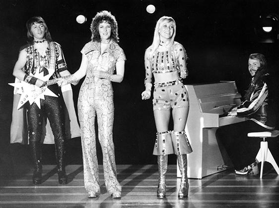 В начале 1970-х сочетание этнических мотивов с футуристическими было популярным трендом. Не брезговали им и участники группы ABBA. Только посмотрите на сапоги на платформе и этнический узор на манишке Бенни!