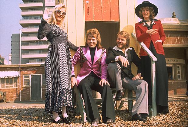 Яркий пиджак в паре с водолазкой на Бьорне, рубашка с огромным воротником на Бенни и неизменные клеши на обоих. В 1974 году, когда была сделана эта фотография, все это — последний писк моды.