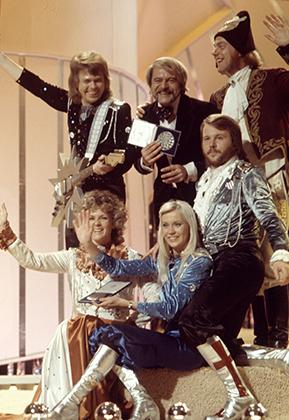 Для конкурса «Евровидение», где ABBA победила с песней Waterloo, ее участники выбрали стилизованные под начало XIX костюмы. Впрочем, без сапогов на каблуке не обошлось.