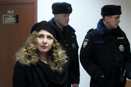 Алехину и Энтео наказали за запуск бумажных самолетиков на Лубянке