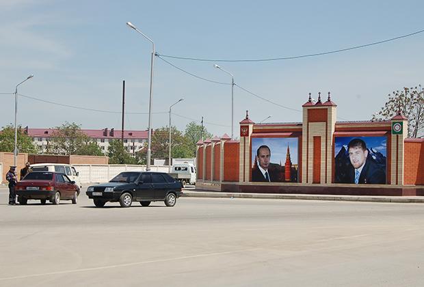 Плакаты с изображениями Путина и Кадыровых появились в Грозном сразу после избрания Рамзана Кадырова главой республики.