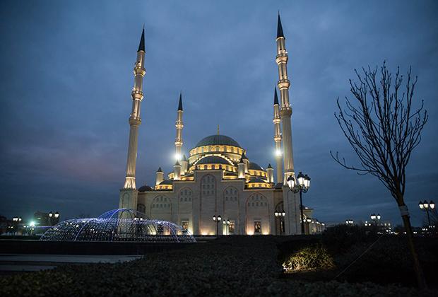 Символ республики и Грозного— соборная мечеть на проспекте Путина. Ее официальное название — «Сердце Чечни» имени Ахмата Кадырова. Крупнейшая мечеть Аргуна называется мечетью имени Аймани Кадыровой, а популярное название «Сердце матери» является неофициальным.