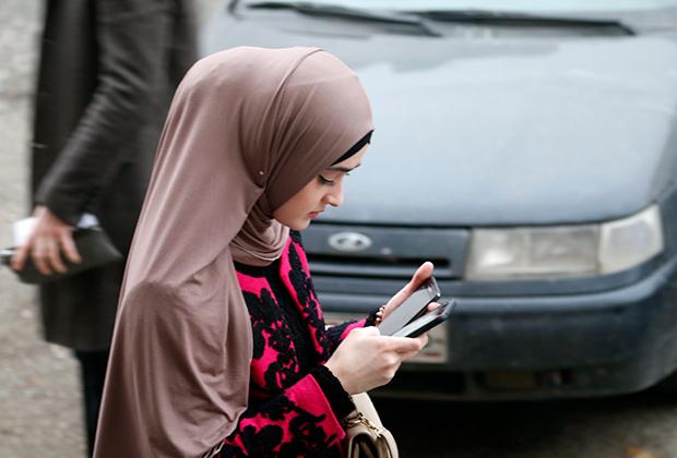 В Грозном много девушек, одежда которых демонстрирует лишь лицо и кисти рук, но при этом полностью в черном почти никто не ходит. Чеченки могут позволить себе и яркие цвета.