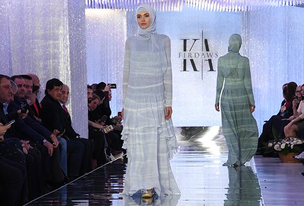То, как должна выглядеть современная чеченка, демонстрирует дом моды Firdaws. Он был основан в 2009 году первой леди Чечни Медни Кадыровой, а в 2016 году руководство перешло в руки Айшат Кадыровой — старшей дочери Рамзана и Медни. Название Firdaws означает высшую шестую ступень рая у мусульман.