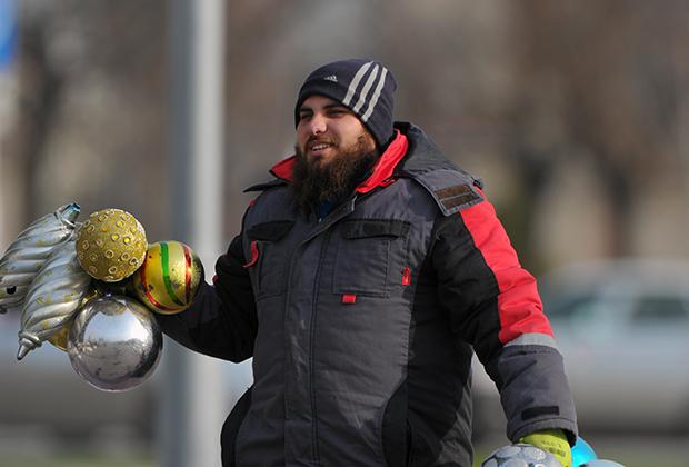 Любовь к спортивным костюмам и марке Adidas характерна для представителей молодого поколения, а чеченцы старше 50 часто выходят на улицу в пиджаке, рубашке и шляпе.