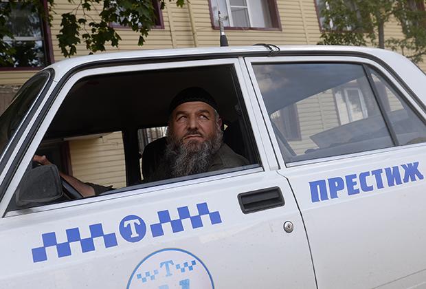 Многие чеченцы подчеркивают свою религиозность не только густыми бородами, но и головными уборами. Если раньше головной убор пяс, напоминающий тюбетейку, надевали только на молитву, то теперь многие ходят в ней и по улицам.