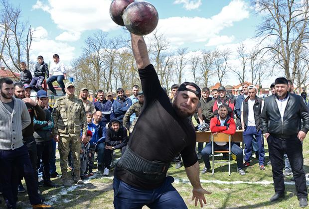 В Чечне не принято ходить в шортах и майках без рукавов, а до недавнего времени любой цвет, кроме черного, был редкостью. Но в последние годы чеченские мужчины постепенно отходят от предпочтения total-black.