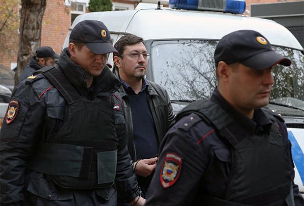 Подозреваемый в легализации средств, добытых преступным путем, бывший лидер ДПНИ Александр Поткин (Белов) ( в центре) перед рассмотрением ходатайства следствия о домашнем аресте в Тверском суде.