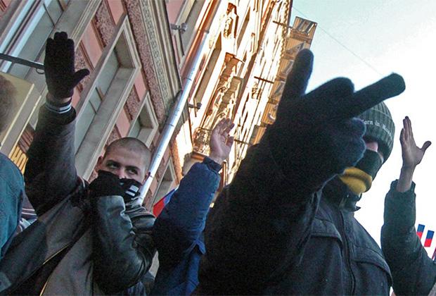Участники шествия «Русский марш» во время празднования Дня народного единства. Шествие прошло на Невском проспекте.