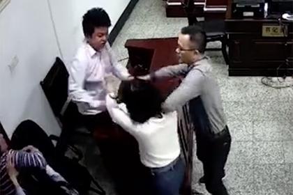 Муж, жена и свекровь устроили драку в зале суда