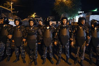 Армянская оппозиция переманит полицейских на свою сторону деньгами