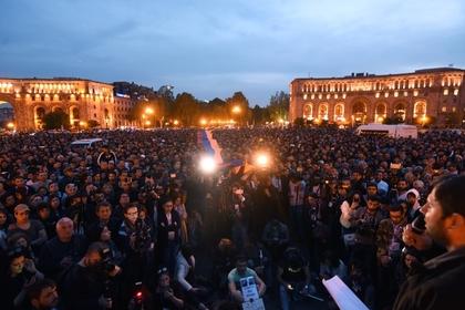 Бунтари в Армении пришли к резиденции премьера, поздоровались с полицией и ушли