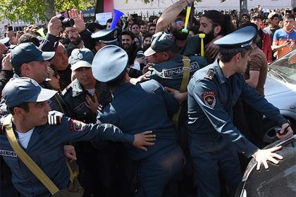 Полиция Армении призывает митингующих в Ереване не препятствовать действиям правоохранителей