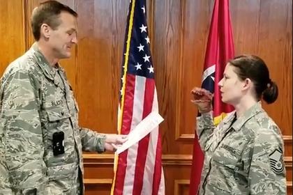 Американских военных уволили за присягу с куклой на руке