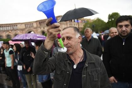 Оппозиция в Армении решила блокировать дороги