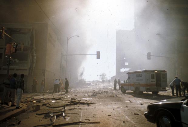 После взрыва улицы оказались засыпаны обломками, пострадали около 300 зданий