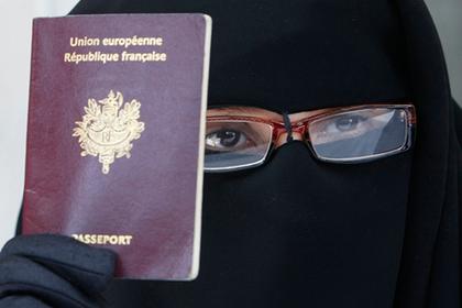 Мусульманке отказали в гражданстве за отказ дотронуться до мужчины
