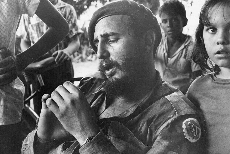 Кастро в окружении детей