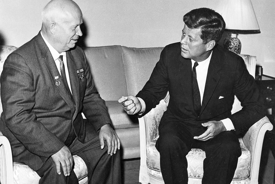 Гавана оставалась верна Москве даже в критические моменты, когда СССР, а позже Россия приносили кубинские интересы в жертву собственным. Так было в 1962 году, когда Хрущев через голову кубинского руководства договорился с Кеннеди демонтировать советские ракетные установки на Кубе. <br></br> К слову, отношения между США и Кубой испортились в 1960-е. Правительство Кастро экспроприировало собственность американских физических и юридических лиц — кубинцы небезосновательно полагали, что именно американцы, фактически превратившие остров в свой протекторат, ответственны за тиранию режима Батисты. Вашингтон в ответ ввел санкции.  <br></br> Покончить с полувековой враждой Гаване и Вашингтону удалось только в декабре 2014 года, когда президент США Барак Обама и кубинский лидер Рауль Кастро объявили о возобновлении дипотношений.
