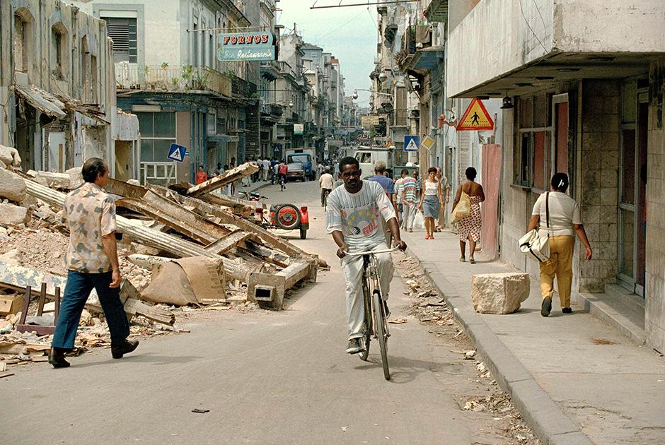 Многие кубинцы живут в очень тяжелых условиях. Новые дома практически не строятся. Местные жители зачастую вынуждены ютиться целыми семьями в маленьких квартирах.