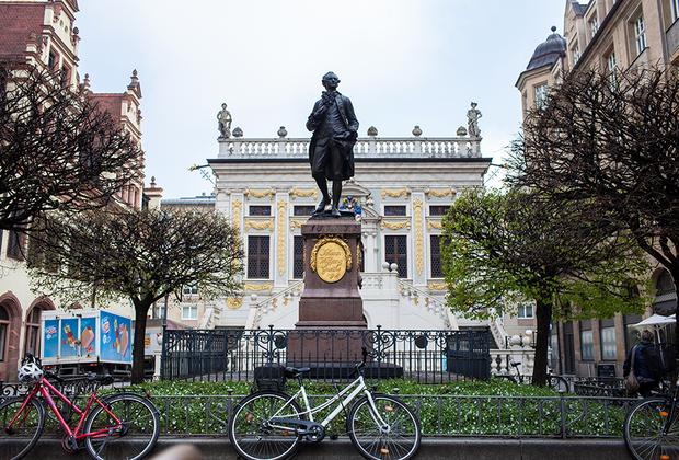 «Лейпциг — маленький Париж!» — восторженно восклицал когда-то Гете, а потом и вовсе увековечил это выражение в «Фаусте». Памятник великому поэту и мыслителю стоит перед элегантным барочным зданием Старой торговой биржи, построенным в XVII веке. Гете провел студенческие годы в Лейпциге, здесь же и вдохновился на создание «Фауста» и других произведений.