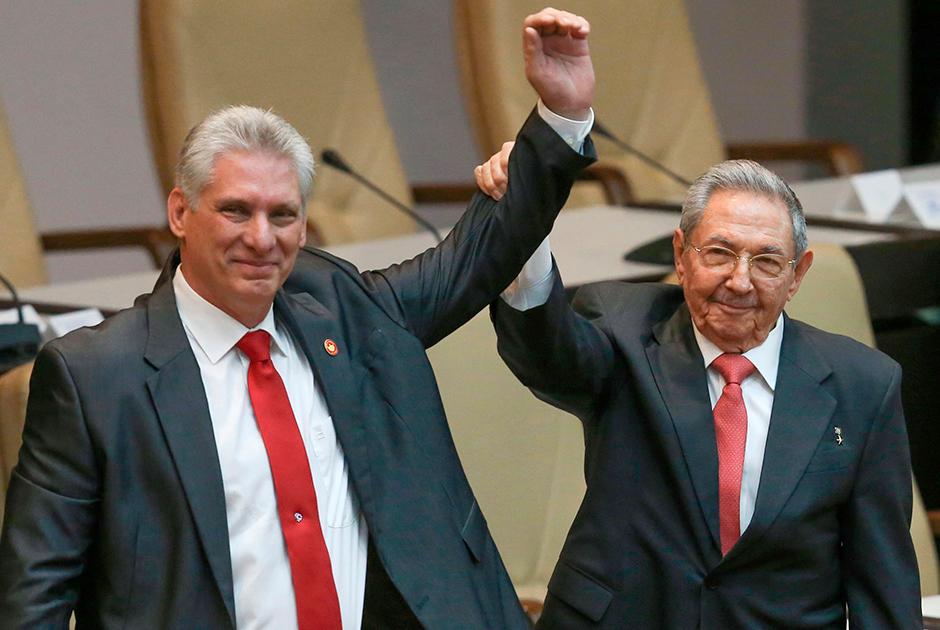 19 апреля 2018 года Госсовет Кубы утвердил в должности нового главу государства. Рауль Кастро, управлявший страной десять лет, передал полномочия своему заместителю Мигелю Диас-Канелю, родившемуся уже после революции 1959 года. Кастро же возглавил Коммунистическую партию страны. 16 апреля 2021 года он подтвердил, что принял решение покинуть пост. <br></br> Стоит отметить, что от Диас-Канеля не ждали либерализации политической системы — его называли преданным сторонником Рауля, однако ожидали экономических реформ. И на фоне пандемии коронавируса в 2020 году он принял ряд мер для восстановления серьезно пострадавшей экономики. В частности, была отменена действовавшая с 2004 года 10-процентная комиссия на обмен наличных долларов в банках. Анонсировано было и расширение списка видов деятельности, доступных частным предпринимателям. Кроме того, в стране пытаются повысить минимальную заработную плату.