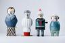 Испанский дизайнер Елена Сальмистраро в своей новой коллекции для марки Bosa изобразила в виде стилизованных фарфоровых статуэток знаменитых итальянских дизайнеров и архитекторов: легендарного Акилле Кастильони (в 2018 году исполняется сто лет со дня его рождения), а также Рикардо Дализи, Микеле де Луки, Алессандро Мендини.