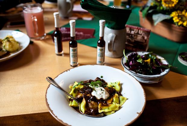 Путь к сердцу своих гостей Лейпциг находит и через желудок. Чего только стоят миндальные печенья «Лейпцигские жаворонки» и оригинальные «талеры Баха» с ганажевым кремом и зернышком кафе в сдобном ореховом тесте! Для более основательного обеда можно порекомендовать классический картофельный суп, сочные голубцы и Mutzbraten — кусок свиной шеи, подкопченый в березовом дыму. Справиться с плотным кушаньем поможет тминный ликер — Leipziger Allasch.