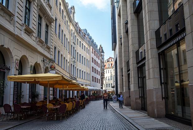 Почти все рестораны и кафе на узких улочках в центральной части города оборудуют летние веранды. Машины здесь не ездят, поэтому посидеть в таком месте — невероятное удовольствие.