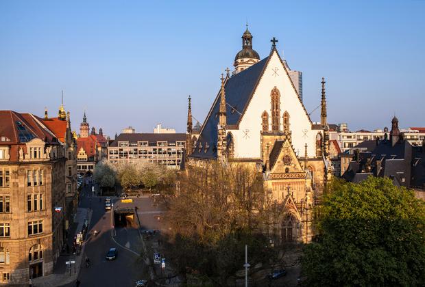Томаскирхе — вторая по значимости церквь Лейпцига. Иоганн Себастьян Бах долгое время исполнял в ней обязанности кантора церковного хора. При церкви находится и могила композитора.