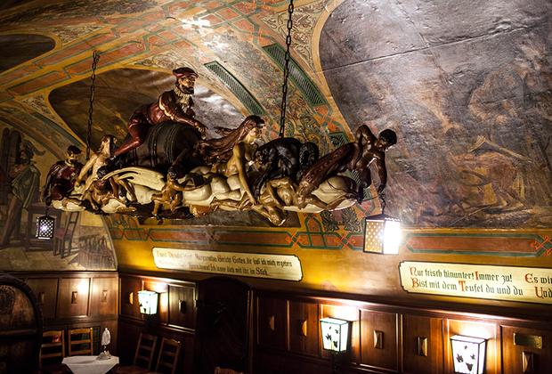 Своей популярностью «Погреб Ауэрбаха» обязан в первую очередь Гёте. Во время своей учебы в Лейпциге он частенько сюда заглядывал и слышал легенду о том, что однажды здесь вылетел на улицу верхом на бочке известный чернокнижник Иоганн Фауст, что не обошлось без помощи дьявола. Эта история и это место настолько впечатлили Гёте, что «Погреб Ауэрбаха» стал местом действия первой части трагедии «Фауст».