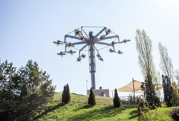 «Самолетики» — один из атракционов парка «Белантис». Можно просто кружить и смотреть на парк с высоты птичьего полета, а можно представить себя пилотом и  сделать сплит.